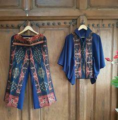 Blouse Batik, Batik Dress, Batik Fashion, Hijab Fashion, Batik Kebaya, Crochet Wrap Pattern, Ethnic Outfits, Abayas, Flowy Tops