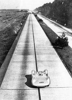 Auto Union speed record car, driven by Bernd Rosemeyer on Hitler's new Autobahn, ca 1937 Motogp, Vintage Racing, Vintage Cars, Audi Q, Auto Union, Ferdinand Porsche, Classic Motors, Porsche Cars, Train Car