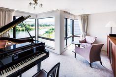 美しい川の眺めを楽しむ大きなコーナー窓のある家