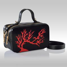 Mini Bag coral by Francesca Torsi  Minibag in legno e pelle nera con manico e tracolla. Traforo in legno che rappresenta un corallo rosso. Dotata di portacellulare e gancio portachiavi interni.Doppio scomparto con chiusura a zip e dettagli in oro.Una raffinata e pratica variante del modello Coral.