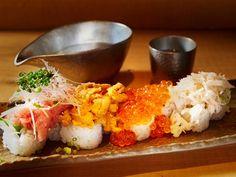 《 六本木 》見た目だけでもおいしいと確信できる「魚輝ロール」(¥1,980) お一人様には「魚輝ロール」がおすすめ 「うにいくら土鍋御飯」は一人で注文はなかなか難しい……。そんな時には「魚輝ロール」がおすすめだ。こちらも「うにいくら土鍋御飯」に負けない迫力とおいしさである。 ご飯が見えないほどどっさり乗った、うに・いくら・ネギトロ・蟹の身。魚輝の人気メニューのひとつで、寿司屋で修業した高柳氏の技が冴え渡る逸品だ。