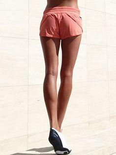 Beine wie eine Ballerina - schlank und straff ... Ja, die hätten wir auch gerne. Und genau deshalb haben wir Fitness-Trainerin Kayla