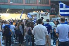 Η νίκη επί της Ακτής Ελεφαντοστού με 2-1, που προκρίνει τη Εθνική Ελλάδα στους «16» του Παγκοσμίου Κυπέλλου Ποδοσφαίρου, στη Βραζιλία, έβγαλε στους δρόμους της ελληνοκρατούμενης Αστόριας και άλλων περιοχών της Νέας Υόρκης, Έλληνες κάθε ηλικίας, φωνάζοντας «Ελλάς-Ελλάς» και ανεμίζοντας ελληνικές σημαίες. Soccer Match, Greece, Street View, Shit Happens, World, Greece Country, The World
