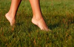 Going barefoot reawakens nerve endings, improve balance system, stimulates reflexology points in the feet, and even has anti-inflammatory benefits Barefoot Running, Going Barefoot, Walking Barefoot, Benefits Of Sweating, Reflexology Points, Health Site, Womens Health Magazine, Lunge, Ways To Be Happier