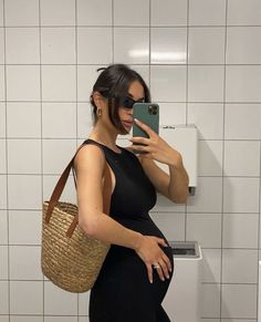 Cute Maternity Outfits, Maternity Poses, Stylish Maternity, Mom Outfits, Maternity Pictures, Maternity Wear, Maternity Fashion, Pregnancy Goals, Pregnancy Outfits