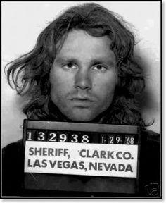 Jim Morrison. 1968 en Las Vegas, Nevada. Detenido en el Pussycat a Go-Go por embriaguez pública y vagancia. Al parecer, Jim fue golpeado por los guardias porque estaba fumando un cigarrillo como si fuera marihuana. Uno de los guardias golpeó a Jim en la cabeza con una porra haciendolo sangrar. El caos sobrevino, llegó la policía y Jim fue arrestado.