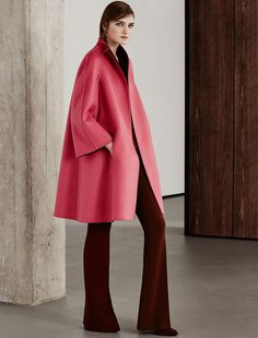 Max Mara LAZIO corail: Manteau réversible en cachemire. Find your outfit on the Official Max Mara Website and discover all that is new in ready-to-wear.