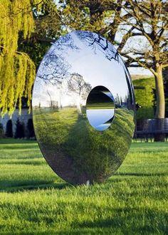 miroir-de-sorciere-a-l-exterieur-foret-et-arbres-herbe-verte