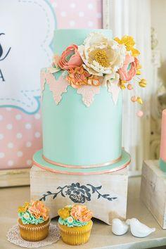 Chá de Cozinha Romântico | http://marionstclaire.com/cha-de-cozinha-romantico bridal shower,chá de cozinha,chá de panela,flowers,flowered,romantic,cake,blue cake,