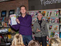 Henry Koops ontvangt de oorkonde van het erelidmaatschap van Frieda Heyting. Foto: Bert Deelen.