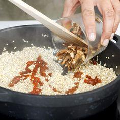 Quinoa is, net als rijst, glutenvrij. In een handomdraai zet je een verrassende risotto van quinoa op tafel, met aardse smaken van paddestoelen en zongedroogde tomaatjes bijvoorbeeld. Beetje vers geraspte Parmezaanse kaas en een scheutje extra vergine olijfolie erover, enkele verse basilicumblaadjes en smullen maar van deze Italo-Inca risotto!