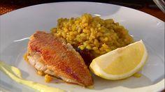 Presentación de la receta de salmonetes fritos con arroz y mahonesa de ajo.