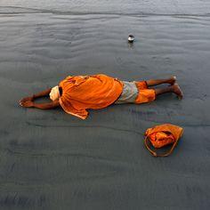 Un sadhu prega sull'isola di Sagar, in India, per celebrare la festa Makar Sankranti, che segna il passaggio del Sole nel Capricorno e l'arrivo della primavera