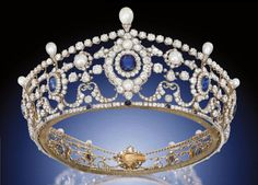 The Portland TiaraIl  with sapphires (Burma and Ceylon), diamonds and natural saltwater pearls. In particular, the tiara consists of twelve clusters with faceted sapphires in the form of pillows and old-cut diamonds currently installed on a ring of small diamonds and connected to the garland. Diamond tiara complemented with pearls and has a bright sapphire accents, all placed on the rim of silver and gold. His inner circle of 54 centimeters.