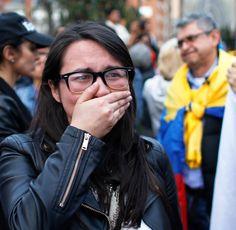 Kolumbianer lehnen Friedensvertrag mit Rebellen ab  Entsetzt reagiert eine Unterstützerin des Friedensvertrags in Bogota auf das Ergebnis der Volksabstimmung