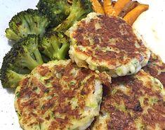 Halloumi- och zucchinibiffar med myntayoghurt - Sporthälsa Food N, Food And Drink, Halloumi, Vegan Vegetarian, Paleo, Food Inspiration, Veggies, Cooking Recipes, Tasty