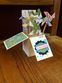Voor wie de cursus 'Kaarten en kado-envelopjes maken' bij Marjolein Zweed Creatief heeft gedaan. Deze met de windmolentjes is ook een leuke variant op de doosjes-kaart.