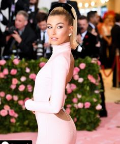 The #metgala gala is cancelled this year but take a moment to appreciate #haileybieber look with a #chic #blackbow 🤩🎀😍#hairstyles #hairribbon #hairbow Estilo Hailey Baldwin, Hailey Baldwin Style, Justin Bieber, Anna Wintour, Pink Gowns, Pink Dress, Victoria Secret, Australian Fashion Designers, Vogue