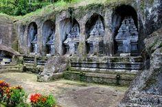 The GUNUNG KAWI Temple was built in the X century by Udayana, king of the ancient kingdom of Bali. This consists of 10 shrines carved into the side of a cliff and access have to climb about 300 steps later we come down. El TEMPLO GUNUNG KAWI fue construido en el siglo X por Udayana, rey del antiguo reino de Bali. Esta formado por 10 santuarios tallados en la pared de un acantilado y para acceder hay que subir unos 300 escalones, que posteriormente tendremos que bajar.