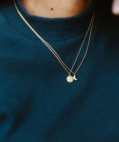 How to Style: Layered Necklaces - How to Style: Layered Pendants Dainty Jewelry, Dainty Necklace, Cute Jewelry, Gold Jewelry, Jewelry Accessories, Jewelry Necklaces, Women Jewelry, Jewelry Design, Pendant Necklace
