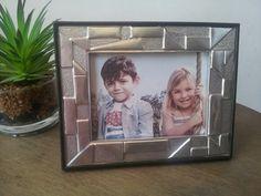 Porta retrato de figuras rectas repujado en aluminio