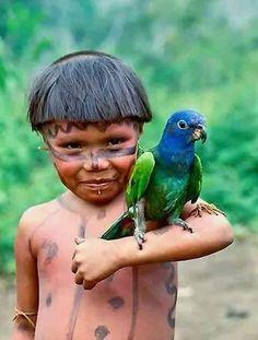 Yanomamo girl holds a blue-headed parrot, Parima Tapirapeco National Park, Venezuela Funny Babies, Funny Kids, Cute Kids, Art Wolfe, Xingu, Legitimate Online Jobs, Funny Pictures For Kids, Kid Memes, Animals For Kids
