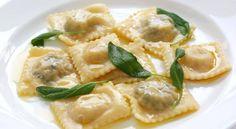 I Ravioli Ricotta e Spinaci sono una gustosissima versione vegetariana dei classici Ravioli di Carne che potete preparare per un pranzo o una cena di magro.