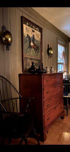 Primitive Living Room, Primitive Homes, Primitive Country, Primitive Decor, Colonial Home Decor, Colonial Decorating, Log Cabin Furniture, Primitive Furniture, Country Decor