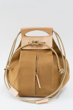 big canvas pop-up bag with leather handles / butterscotch & nude - chris van veghel
