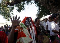 """Des villageois au visage peint défilent dans les rues à l'occasion de la cérémonie religieuse """"Lok Ta Pring Ka-Ek"""" , à proximité de Phnom Penh, au Cambodge.Photo: Samrang Pring"""