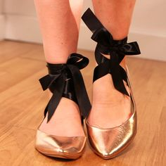 DIY: Give Your Flats a Ballet-Inspired Look! Wanna make some for wedding shoes :) Different bottom Prom Shoes, Wedding Shoes, Dance Shoes, Dress Shoes, Fashion 2020, Diy Fashion, Fashion Coat, Korean Fashion, Metallic Flats