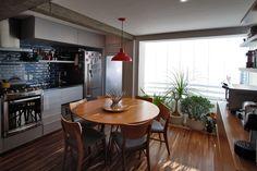 Cozinha e sala de jantar integradas. Piso de madeira, bancada em granito preto, marcenaria, jardim interno, geladeira inox. Contemporâneo e moderno. Kitchens and home decor