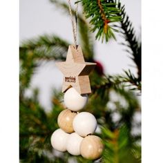 Aarikka KUUSINEN Weihnachtsbaumschmuck aus Holz, Motiv Baum, 13 cm hoch, 2er Pack, weiß/natur  Mit diesem Weihnachtsbaumschmuck kommt Vorfreude auf - die typische Aarikka Formensprache der runden Holzkugeln findet sich auch hier und interpretiert den klassischen Weihnachtsbaum neu.  Erhältlich in den Farbvarianten: rot und weiß/natur  Das Unternehmen AARIKKA: Aarikka ist neben iittala und marimekko eine der großen Design-Marken aus Finnland.