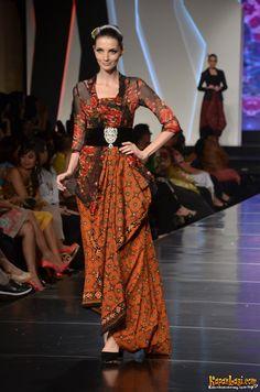 IFW 2012 era soekamto v3 - classic style kebaya with modern kain batik