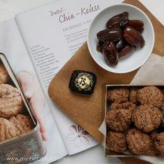 """Vegane Dattel-Chia-Kekse aus dem Buch """"Gesund backen ist Liebe"""". Rezept für diese einfachen x leckeren Kekse auf dem Blog."""