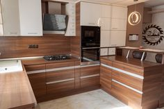 Minimál stílusú konyhabútor végigfutó szálfogantyúval, döntött elszívóval, modern vasalatokkal, letisztult kivitelben, praktikus megoldásokkal időtálló gránit mosogatóval. Decor, Cabinet, Kitchen, Home Decor, Kitchen Cabinets