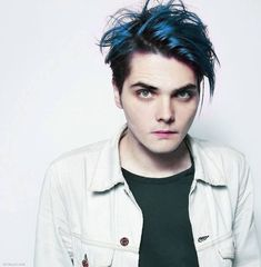 My Chemical Romance ~ Gerard Way- do I see blue hair? Gerard Way, Red Gerard, My Chemical Romance, Emo Bands, Music Bands, Rock Bands, Mikey Way, Band Pictures, Sleep