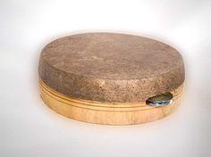 Tamborines o pandereta (de entre 20 y 40 cm de diametro) pertenecen a la familia de los tambores de marco de pequeña dimension.