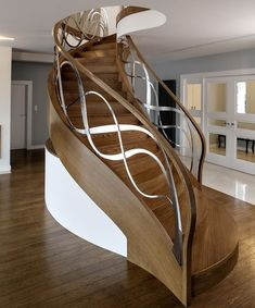 Full catalog of interior stair railing ideas, the proper material to use according to your staircase design, modern stair railing designs and and some expert tips for glass stair railing system installation Staircase Railing Design, Interior Stair Railing, Modern Stair Railing, Home Stairs Design, Stair Handrail, Staircase Makeover, Modern Stairs, Railing Ideas, Banisters