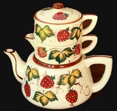 Aardbeien theepot, volgens mij met melk en suiker potjes erbovenop!