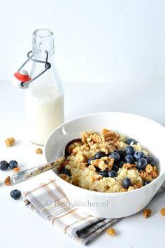 Haal het optimale uit je dag met deze koude quinoa ontbijt bowl met blauwe bessen en walnoten. Boordevol eiwitten om er een ware power dag van te maken! #amandelmelk #blauwebessen #detoxrecepten