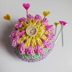 Gratis Haakpatronen – Happiness with yarn Crochet Pincushion, Knit Crochet, Different Patterns, Pin Cushions, Crochet Projects, Free Pattern, Crochet Earrings, Crochet Patterns, Quilts