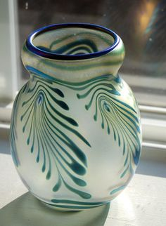RARE-SIGNED-1980-CHARLES-LOTTON-ART-GLASS-VASE-IRIDESCENT-FEATHER-DESIGN