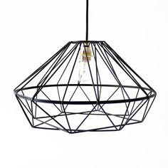 Der Lampenschirm schmiegt sich in jedes moderne Wohnambiente, wirkt leicht und dezent und spendet schönes Licht mit geometrischen Highlights.