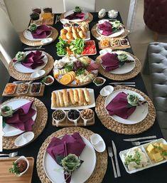 Pin by Janette Sequeira on Mesa posta in 2019 Breakfast Presentation, Food Presentation, Breakfast Bread Recipes, Breakfast Buffet, Turkish Breakfast, Food Platters, Food Decoration, Pinterest Recipes, Pinterest Food
