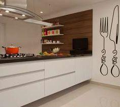 A cozinha assinada pela arquiteta Orlane Santos conta com adesivo de parede em formato de talheres. Informações: (11) 4316-4962 Foto: J.Vilhora / Divulgação