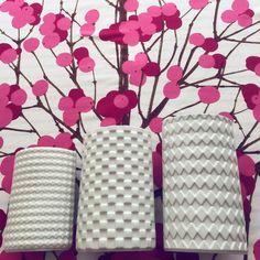 💕 Pienin Harlekiini maljakko on eilinen kirppislöytö 💕 #kaarinaaho #arabiaharlekiini #arabiamaljakko #vanhaajakaunista #finnishdesign #suomidesign #marimekko #erjahirvi #marimekkolumimarja #marimekonkangas #kirppislöytö #loppisfynd #fleamarketfinds Marimekko, Vases, Design, Jars, Vase