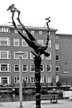 Postjesweg/Baarsjesweg. Het beeld heet Europa en is gemaakt door Hans Kuijper, 1996, brons en gewapend beton. Om het huidige Europa weer op haar voeten te krijgen zal er meer nodig zijn dan een dui...