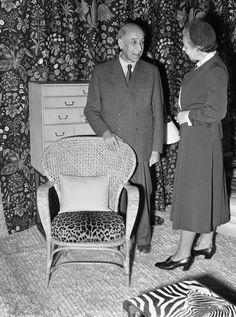 arkitekt Josef Frank med en av sina stolar och Estrid Ericson, formgivare och grundare av Svenskt Tenn
