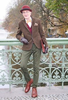 The article talks about an uberstylish elderly gentleman called Gnther Krabbenhft, who was recently photographed in Berlin and is making the Internet go crazyall thanks to his sartorial sense. Hipster Stil, Style Hipster, Hipster Fashion, Mens Fashion, Old Man Fashion, Grunge Style, Soft Grunge, Street Fashion, Anton